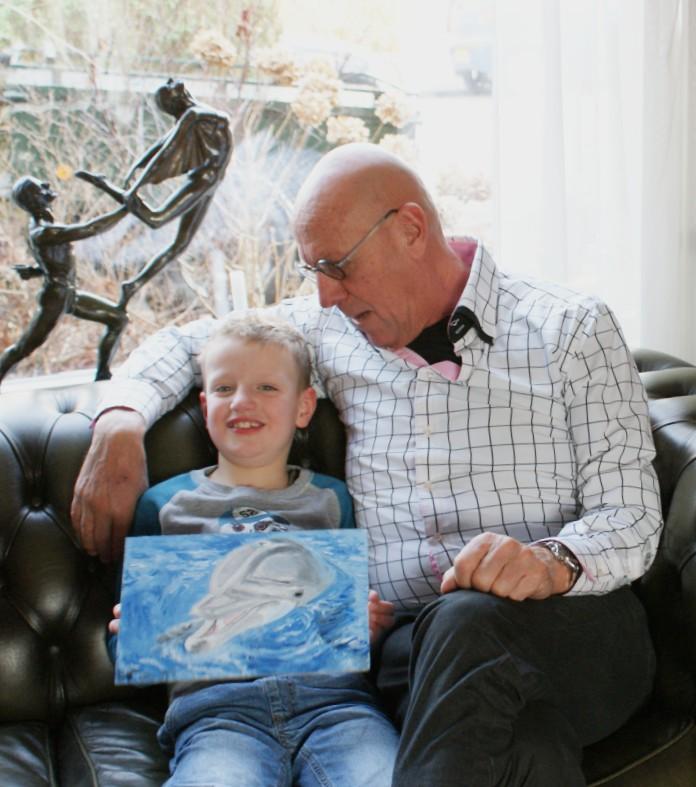 Foto met kleinzoon Bram (7 jaar) die zelf een dolfijn heeft Geschilderd met een beetje hulp van zijn opa
